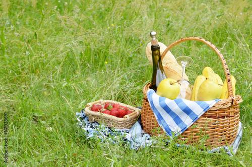 Plakat Kosz piknikowy i truskawka