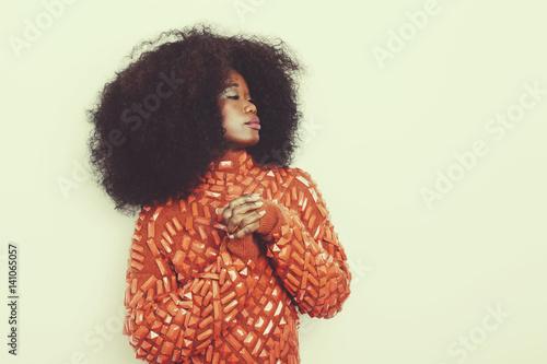 Jeune Femme Noire Avec Coiffure Afro Cheveux Boucles Style Vintage