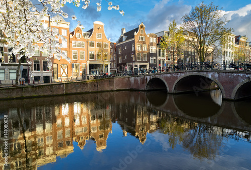 Photo Dutch scenery with canal and mirror reflections at blooming spring, Amstardam, N