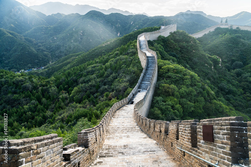 In de dag Chinese Muur the Great Wall is generally built along an east-to-west line across the historical northern borders of China.
