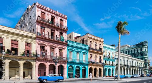 """Deurstickers Havana Die Hauptstraße in Havanna """"Calle Paseo de Marti"""" mit alten restaurierten Häuserfronten und Oldtimer auf der Straße"""