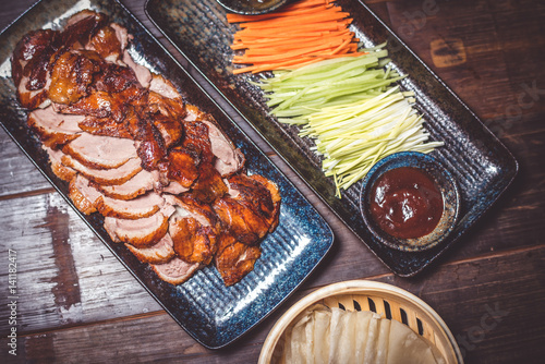 Poster de jardin Pekin Duck in Peking, cut with vegetables