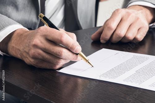 Fotografía  Businessman signing a contract