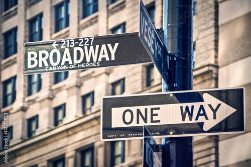 broadway-napisany-na-drogowskazie-w-nowym-jorku