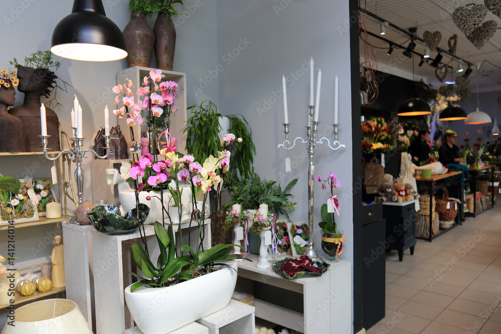 Obraz Storczyki, świeczniki i inne kwiaty w kwiaciarni. fototapeta, plakat