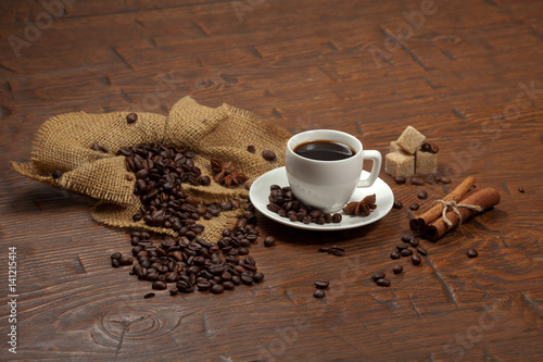 Spoed Foto op Canvas koffiebar White cup of coffee with beans