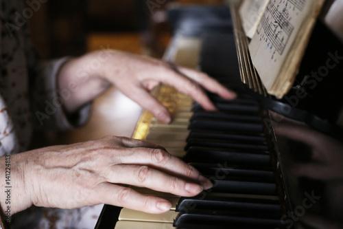 Stickers pour porte Pierre, Sable hands play piano close up photo