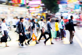 tłum ludzi przekraczających ulicę w Hongkongu - 141247030
