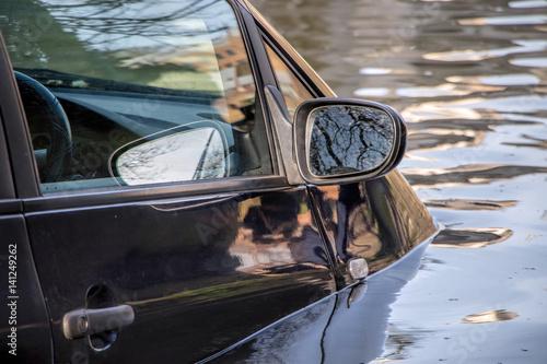 Plakat Samochód zanurzony w wodzie powodziowej.