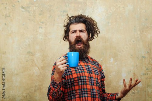 Fotografie, Obraz singing bearded man pulling stylish fringe hair with blue cup