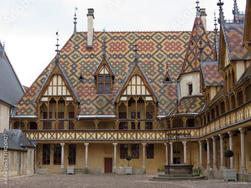 Poster Brugge Bourgogne - Côte d'Or - Hospices de Beaune - Hôtel-Dieu sous un ciel nuageux