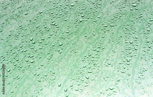 krople-wody-na-powierzchni-metalu-z-efekt-rozmycia