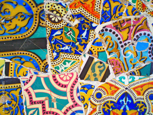 Papel de parede decoration in Park Guell, tile background broken glass mosaic,  Barcelona, Spain