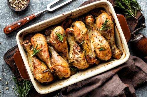 Montage in der Fensternische Fleisch Baked chicken drumsticks in the oven