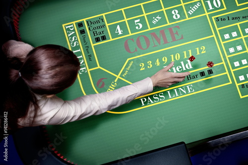 Photo  dice throw on craps table at casino