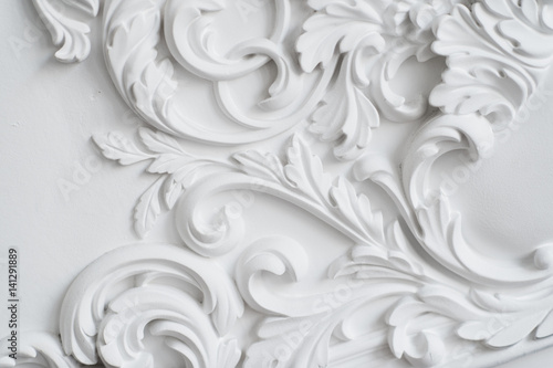 Fotografia  Luxury white wall design bas-relief with stucco mouldings roccoco element