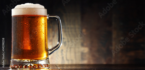 Foto auf AluDibond Bier / Apfelwein Composition with glass of beer on wooden background