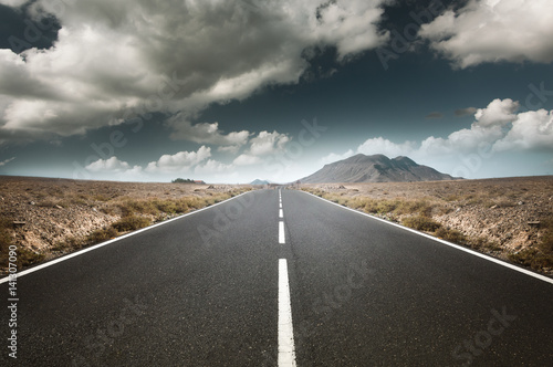 Straße führt durch abgelegende Landschaft