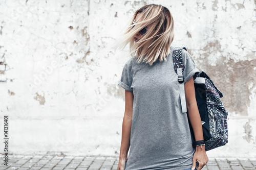 Model posing in plain tshirt against street wall Tableau sur Toile