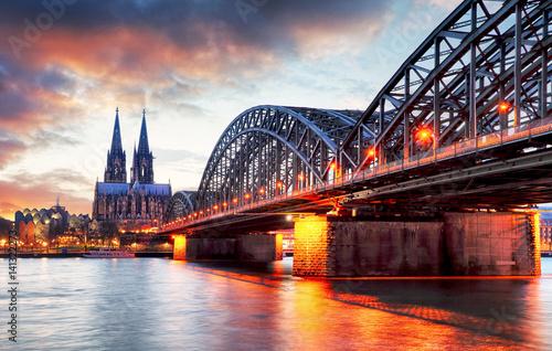 katedra-w-kolonii-i-most-hohenzollernow-o-zachodzie-slonca-widok-z-brzegu-rzeki-niemcy