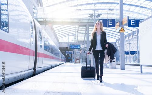Fotografía  young business woman traveling stock photo