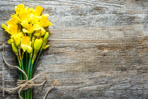 Fotobehang Narcis Spring backgrounds, easter daffodils on wood