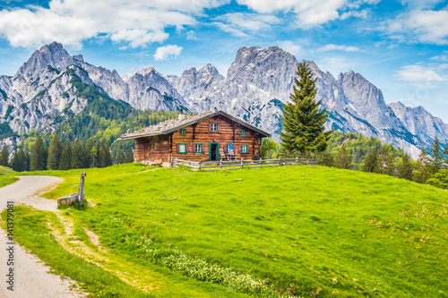 Photo  Traditional wooden mountain chalet in alpine mountain scenery