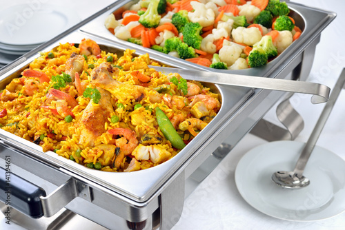 Garden Poster Buffet, Bar Kleines warmes Buffet mit Paella und gemischtem Buttergemüse - Warm buffet with Spanish paella and mixed buttered vegetables served in a chafing dish