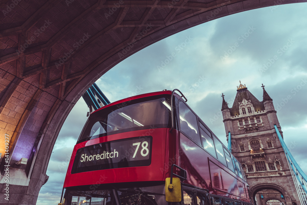 Photo  London iconic Tower Bridge and double decker red bus