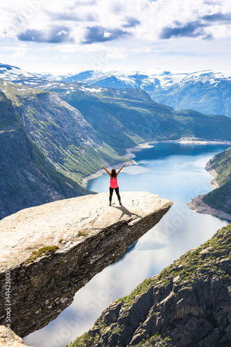 Photo  Happy people relax in cliff during trip Norway