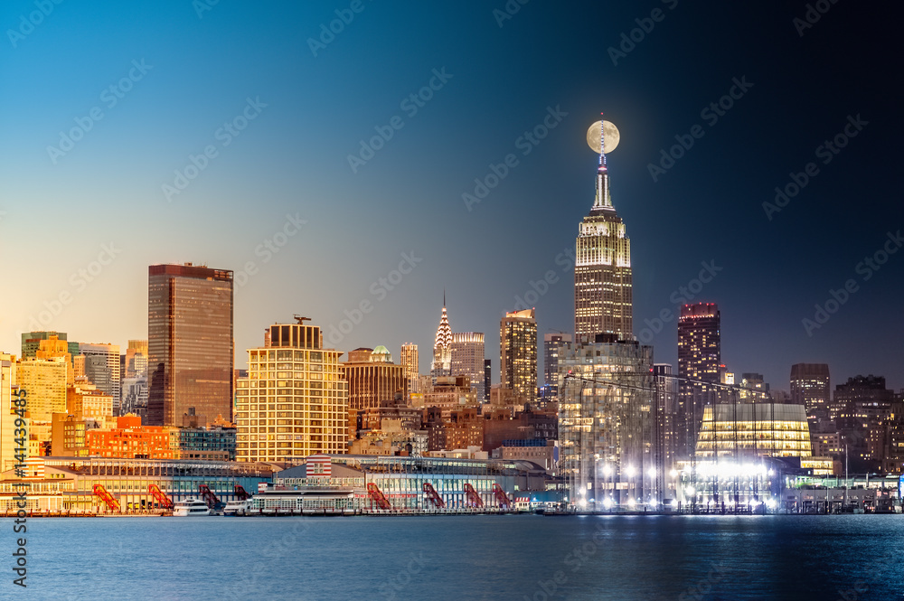 Fototapety, obrazy: Composite day to night timelapse with the full moon rising above New York City skyline.