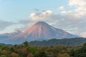 El volcán de Colima muestra su grandeza.