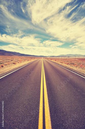 rocznik-tonujaca-pustynna-droga-smiertelna-dolina-kalifornia-usa