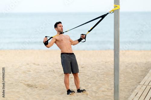 Athletischer Mann macht workout am Strand Canvas Print