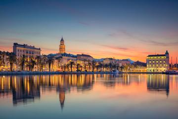 Podjela. Prekrasan romantični stari grad Split za vrijeme prekrasnog izlaska sunca. Hrvatska, Europa.