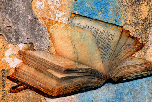 Photo ancient torah over cracked paint concrete wall