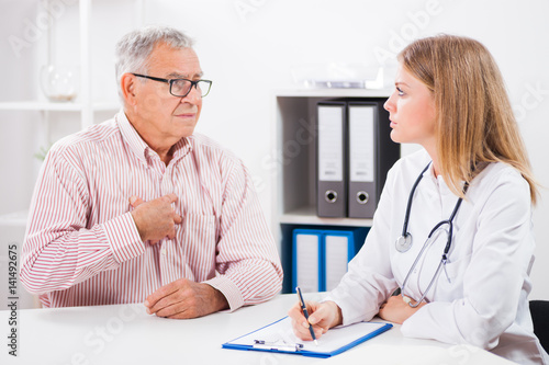 Fotografía  Patient is telling doctor about his health problems