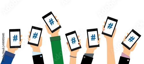 Obraz Personen zeigen Hashtags auf ihren Smartphones - fototapety do salonu