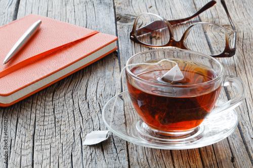 Plakat Filiżanka herbata z herbacianą torbą na stole