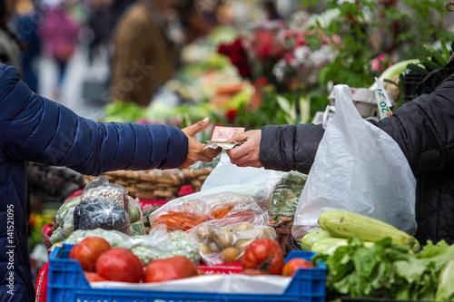 Fotomural Comprando y vendiendo en un mercado tradicional