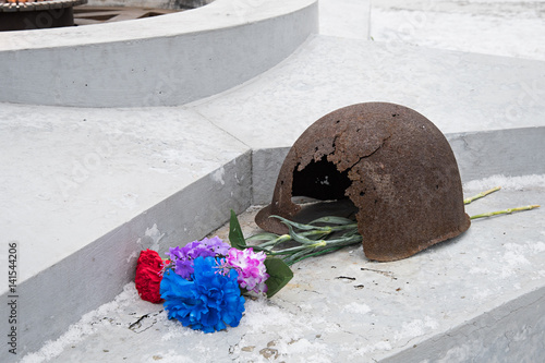 Fotografia  The eternal flame, in memory of the victims of 1941-1945, a bullet Pierced the helmet