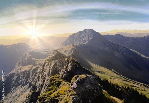 Tuinposter Alpen Mystischer Sonnenuntergang in den Bergen