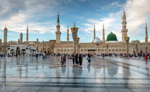 Photo Muslims gathered for worship Nabawi Mosque, Medina, Saudi Arabia