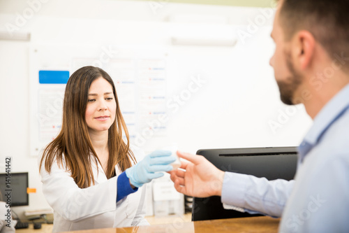 Fotografía  Receptionist receiving urine sample
