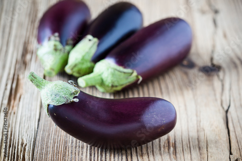 Photo  Raw eggplant on wooden cutting board