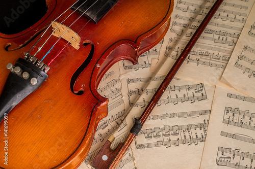 Fototapeta Stare skrzypce leżące na arkuszu muzyki