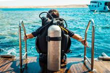 Scuba Diver Before Diving. Diving Lesson In Open Waer.