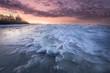 Sonnenuntergang am gefrorenen Seeufer
