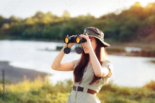 Pinturas sobre lienzo  Explorer Girl with Camouflage Hat and Binoculars