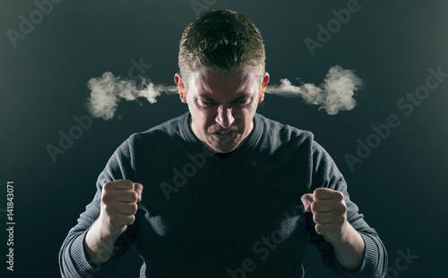 Photo Wütender Mann mit rauchenden Ohren